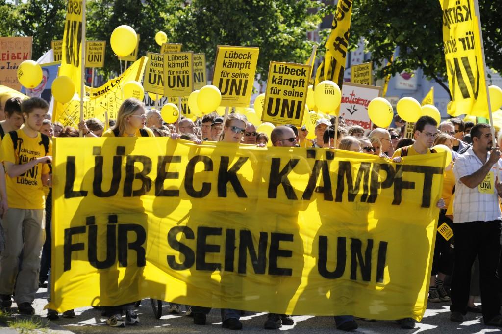 16. Juni 2010: In Kiel demonstrieren 14.000 gegen die Schließung der medizinischen Fakultät.