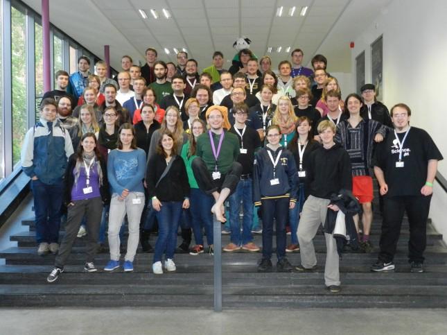 Gruppenfoto der KoMa. Zu Besuch in Kiel waren 174 KIFfels und 105 KoMatiker.