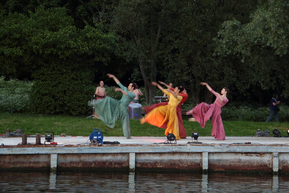 """Eindrucksvolle Performance: Die """"Erdgeister"""" am Walli-Ufer."""