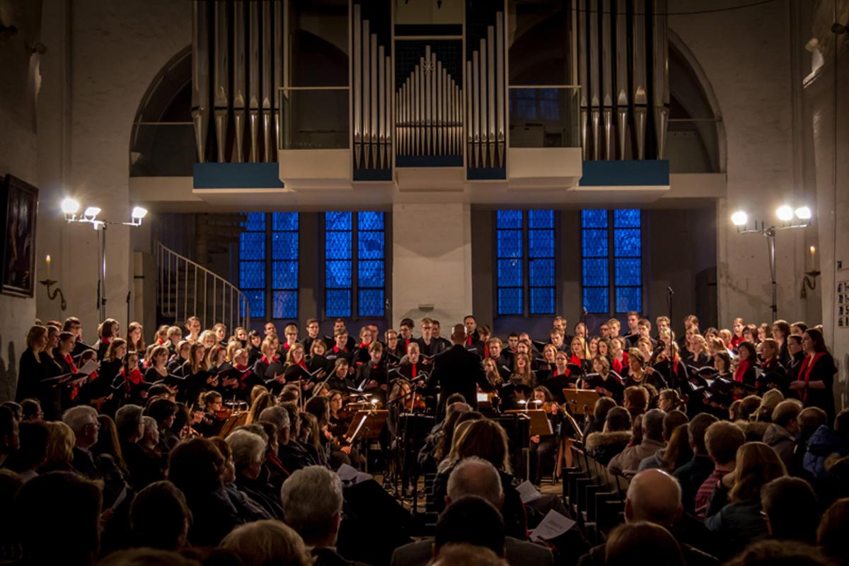 Universitätschor und Streicherensemble der Lübeck Philharmoniker beim letzten Semesterkonzert im Dom zu Lübeck.
