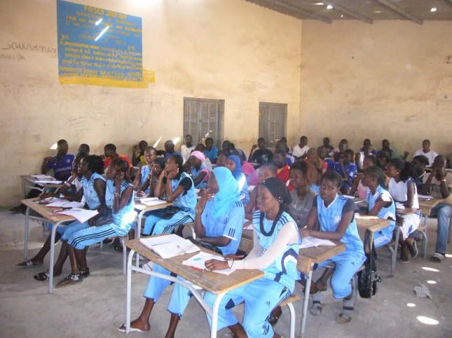 Kinder des Gymnasiums CALD in M'bour, Senegal freuen sich, dass sie dank Future E.D.M. in die Schule gehen dürfen.