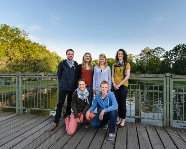 Die Vorstandschaft- Studenten der Uni Lübeck Hinten (von links nach rechts): Gary Lewis, Svenja Kohler, Elena Spall, Annkathrin Möhring Vorne: Johanna Crämer, Drew Hickling.