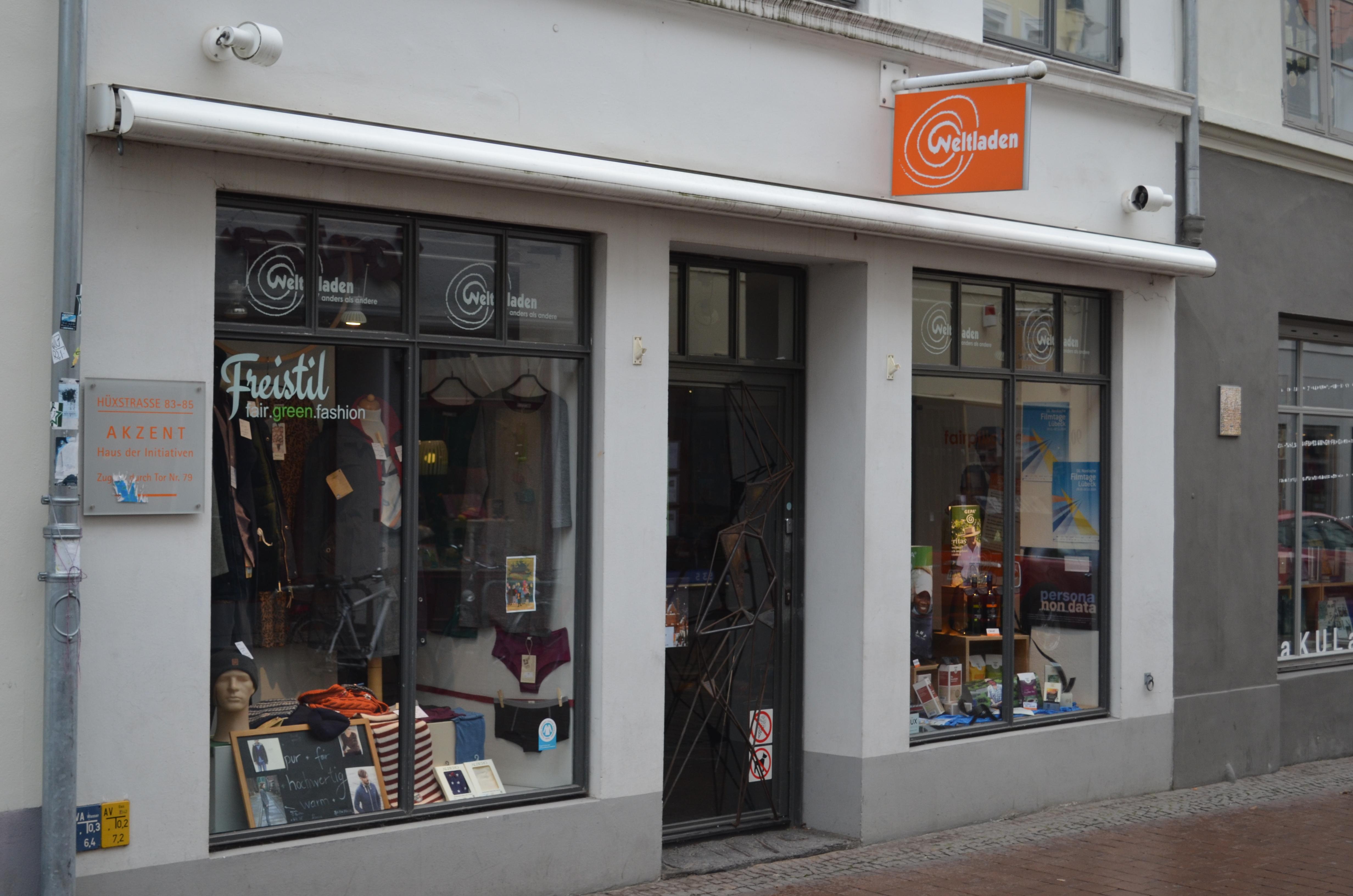 """Der Weltladen in der Hüxstraße ist der Treffpunkt der """"Fairlaufen""""-Gruppe, die konsumkritische Führungen durch die Lübecker Innenstadt veranstalten."""