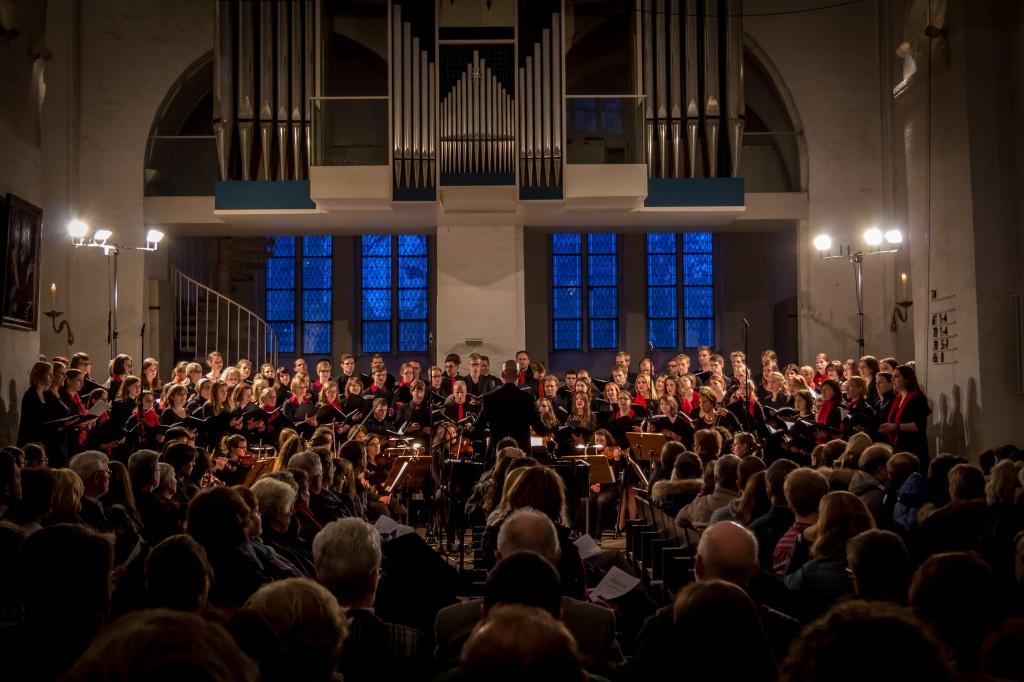 Der Unichor bei einem Konzert im Dom zu Lübeck.