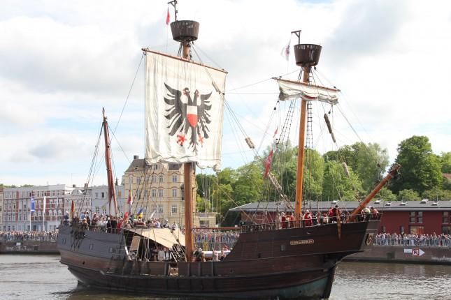 Hansetag 2014: Die Hansekogge Lübecks fuhr früher für den Handel, heute fährt sie für den Tourismus.