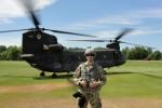 Steffen Drewes vor einer Boeing CH-47 Chinook