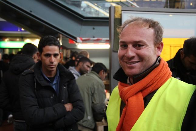 Vom Flüchtling zum Pressebeauftragten der Flüchtlingshilfe im Hamburger Hauptbahnhof: Hakim Alkabi (rechts) bei der Arbeit.
