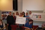 Vorstandsmitglieder der Lübeck Pop Symphonics und die Mitglieder des Vereins Future E.D.M. bei der Spendenübergabe im IMGWF.