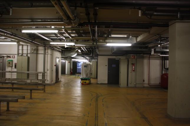"""Unter dem UKSH befindet sich ein Atomschutzbunker. Als das aktuelle Krankenhaus geplant wurde, herrschte Kalter Krieg und Lübeck lag nahe der Grenze zwischen Ost und West, die Furcht bei einem atomaren Krieg die Patienten und das Personal evakuieren zu müssen schien realistisch. Inzwischen würde der Atomschutzbunker keinen Schutz mehr vor """"der Bombe"""" bieten: Die Haupttür kann nicht mehr dicht verschlossen werden - warum kann man im nächsten Fakt nachlesen. Aber es ist ein großer Keller mit sehr stabilen Wänden und wahrscheinlich der sicherste Ort auf dem Campus."""