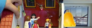 Von Schülern der 8. Klasse mit LEDs und Temperatursensor ausgestattetes Playmobil-Haus.