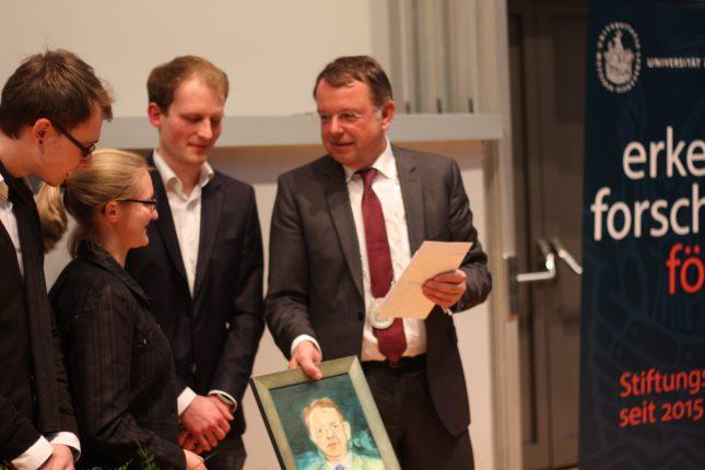 Auch etwas zurückgegeben: Die Redaktion übergibt Präsident Lehnert sein Portrait.