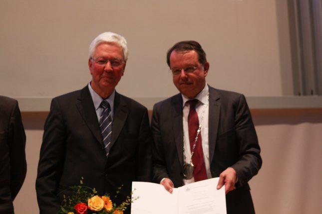 Die Universität zu Lübeck verleiht Herr Gerd Rischau die Ehrenbürgerschaft der Universität zu Lübeck in Würdigung seiner herausragenden Verdienste um die Förderung der Universität zu Lübeck. Als Vorsitzender des Hochschulrates war er wichtiger und unverzichtbarer Ratgeber für die Universität. Er hat den Weg zur Stiftungsuniversität gestaltet und sich stets mit großem Engagement für die Verbundenheit von Stadt und Universität eingesetzt.
