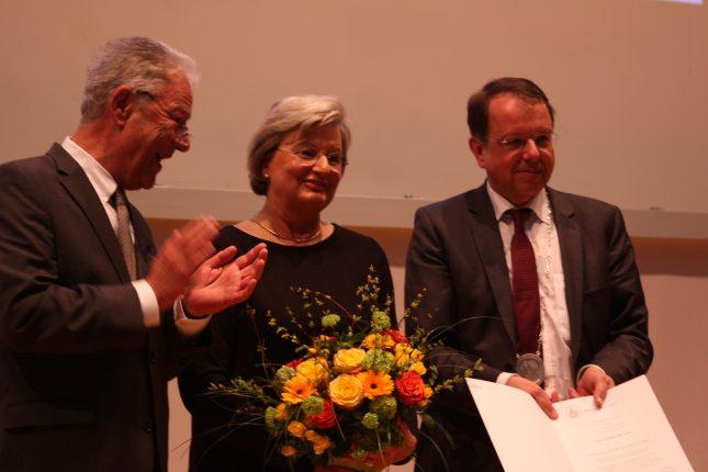 Die Universität zu Lübeck verleiht Frau Renate Menken die Ehrenbürgerschaft der Universität zu Lübeck in Würdigung ihrer herausragenden Verdienste um die Förderung der Universität zu Lübeck. Als kluge Ratgeberin und tatkräftige Förderin ist sie der Universität seit vielen Jahren verbunden, sie hat mit ihrem großen Engagement die Vielfalt der Wissenschaft an der Universität zu Lübeck einer Vielzahl von Bürgerinnen und Bürgern bekannt gemacht.