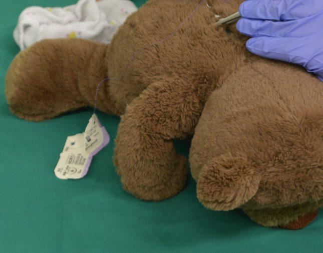 Um den Kindern spielerisch die Angst vor dem Krankenhaus zu nehmen, können sie in der Teddyklinik dabei sein, wenn ihre Kuscheltiere verarztet werden.