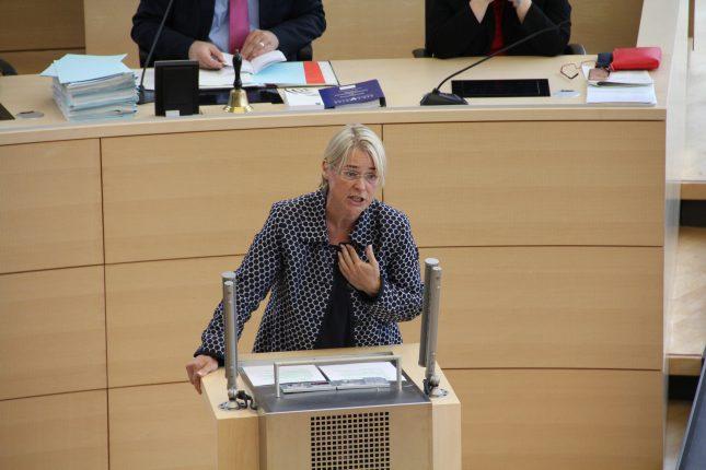 Ministerin Kristin Alheit bei einer Rede im Landtag.