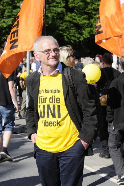 """""""Die Studenten haben uns am Ende den Hintern gerettet"""", sagt Solbach, der als Dekan der Medizinischen Fakultät auch bei den """"Lübeck kämpft""""-Aktionen mit dabei war."""