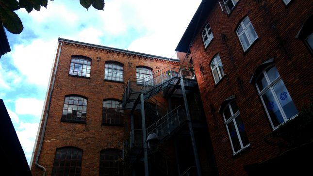 Im obersten Stockwerk meditieren regelmäßig die Lübecker Buddhisten. Am oberen Ende der Treppe wehen einige bunte Fahnen im Wind.
