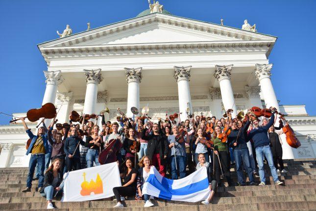 Das Uniorchester vor der Kathedrale in Helsinki.
