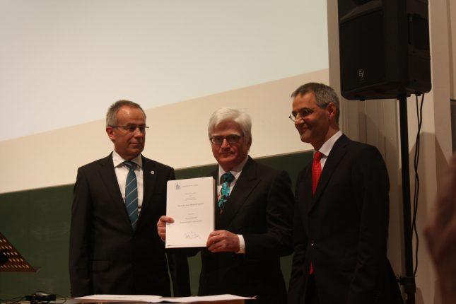 Der frischgebackene Honorarprofessor Prof. Dr. Stöcker (Mitte) mit dem damaligen Uni-Präsidenten Prof. Dr. Dominiak (links) und Prof. Dr. Zillikens (rechts) bei der Verleihung 2011.