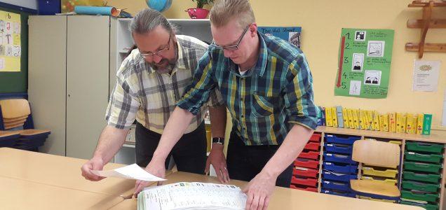 Beim Auszählen werden Stapel gebildet, je nach dem ob Erst- und Zweitstimme gleich oder verschieden sind, der Stimmzettel leer oder nicht eindeutig ausgefüllt ist.